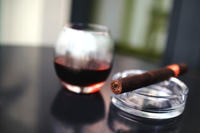 Utilisation d'un briquet arc électrique avec un cigare